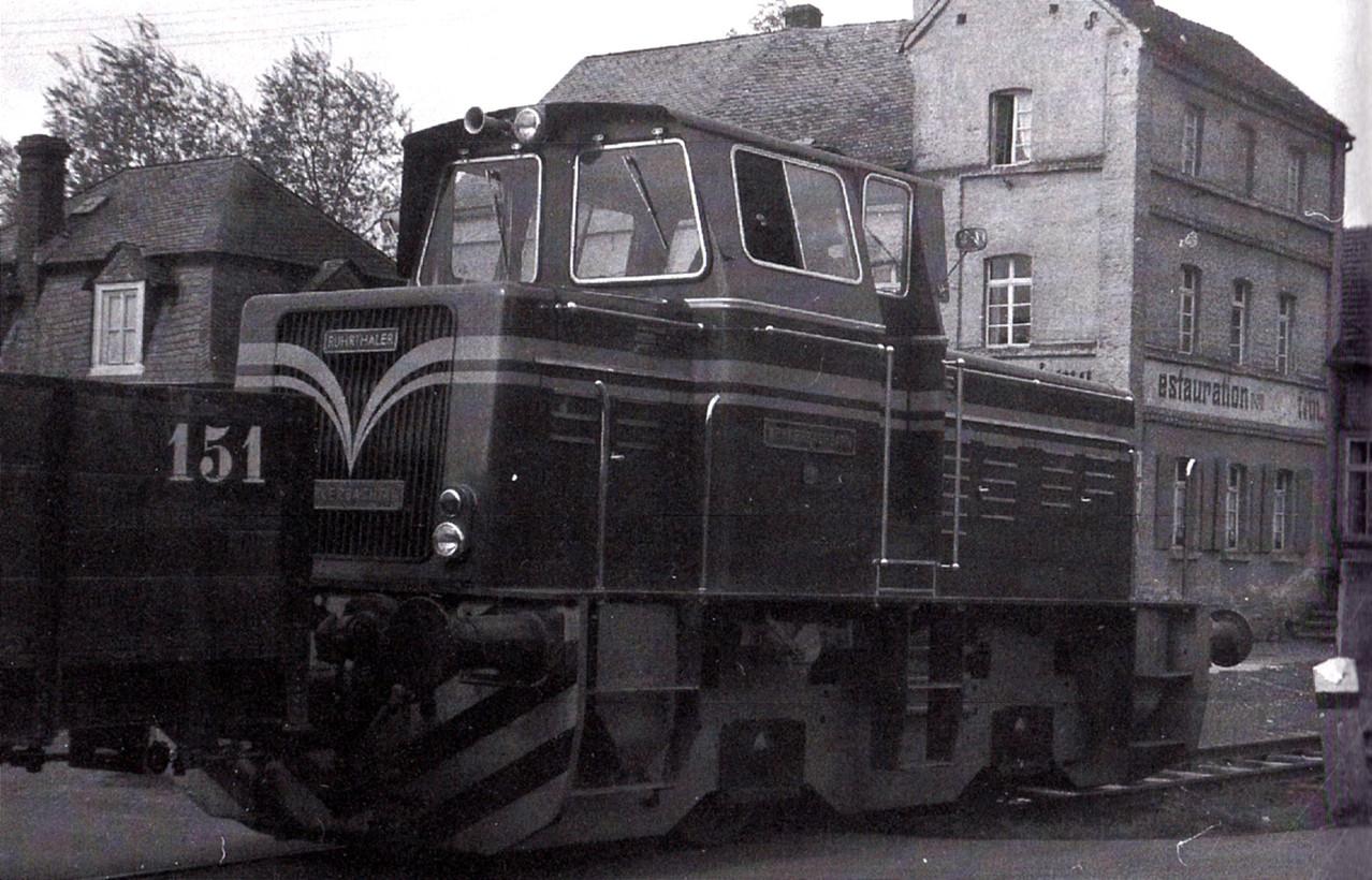 Lok 19 im Bahnhof Schupbach, im Hintergrund das Gasthaus Stein