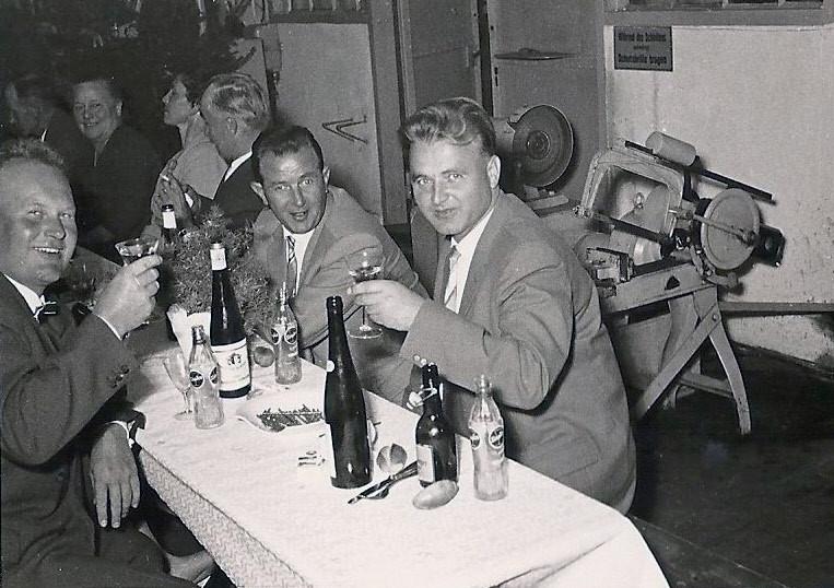 Die Belegschaft feiert Hier Alfred Strobel (links) Rudi Noll (mitte) und...........