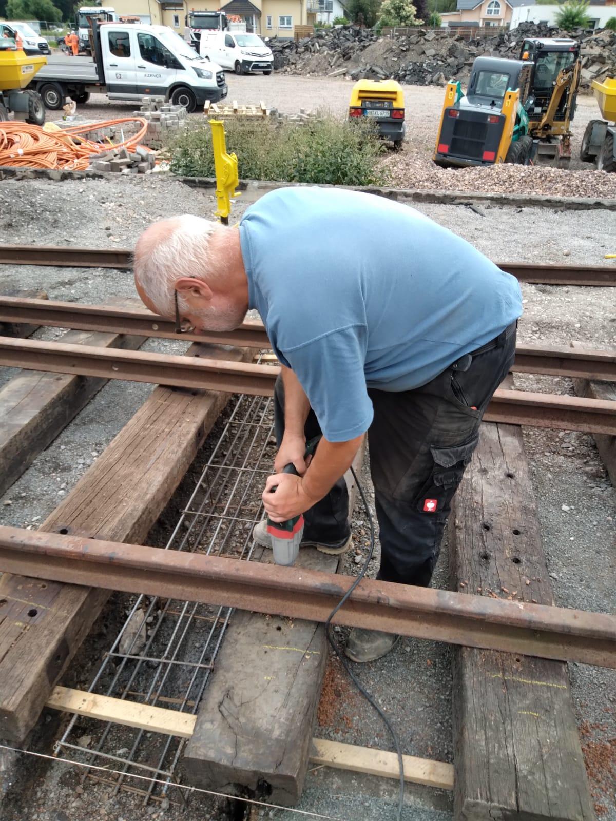 20mm Löcher werden gebohrt, für die schweren Gleisschrauben
