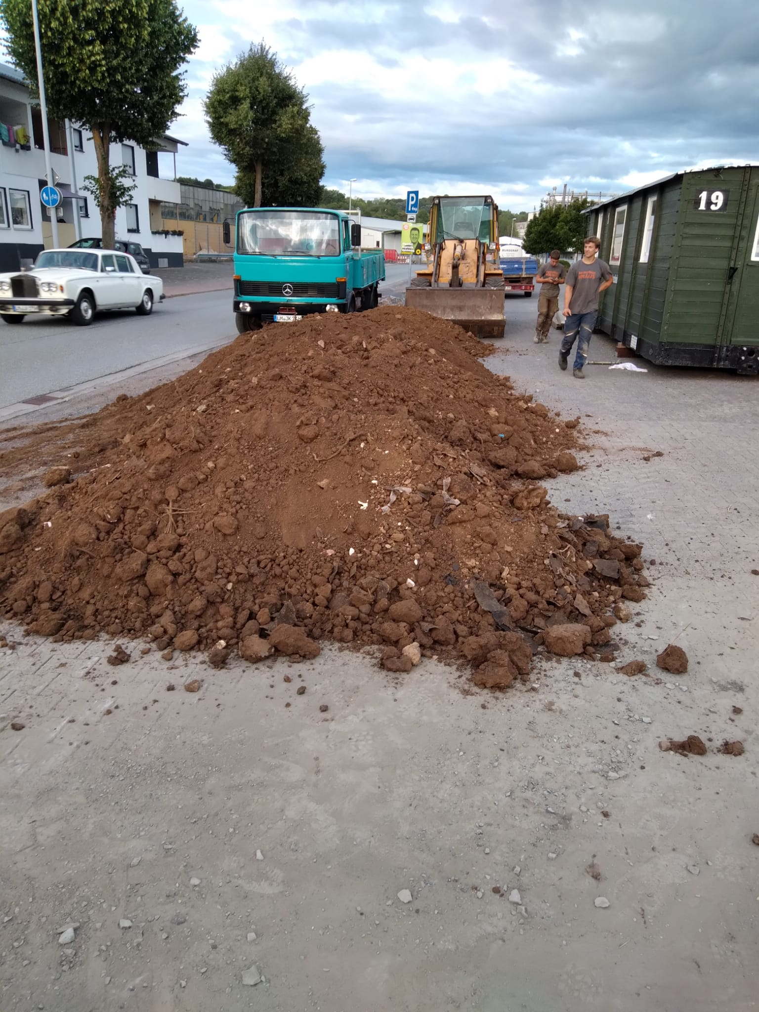 Ebenso wurde heute Mutterboden geholt für dir Bepflanzung hinter dem Wagen