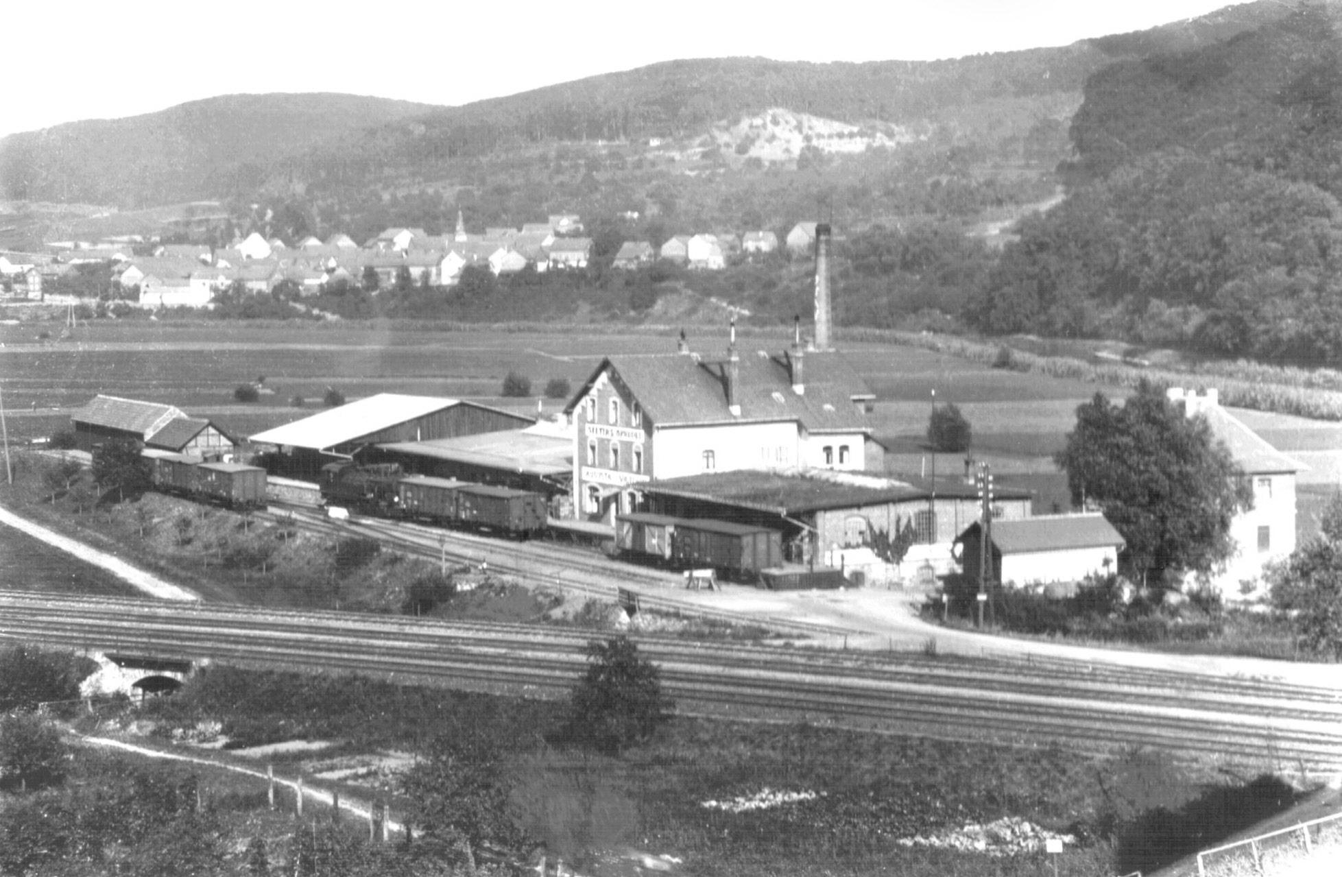 """Am östlichen Bahnhofende: das Werk Selterswasser """"Augusta Victoria""""  Foto:  Fa. Selters Minaeralquelle"""