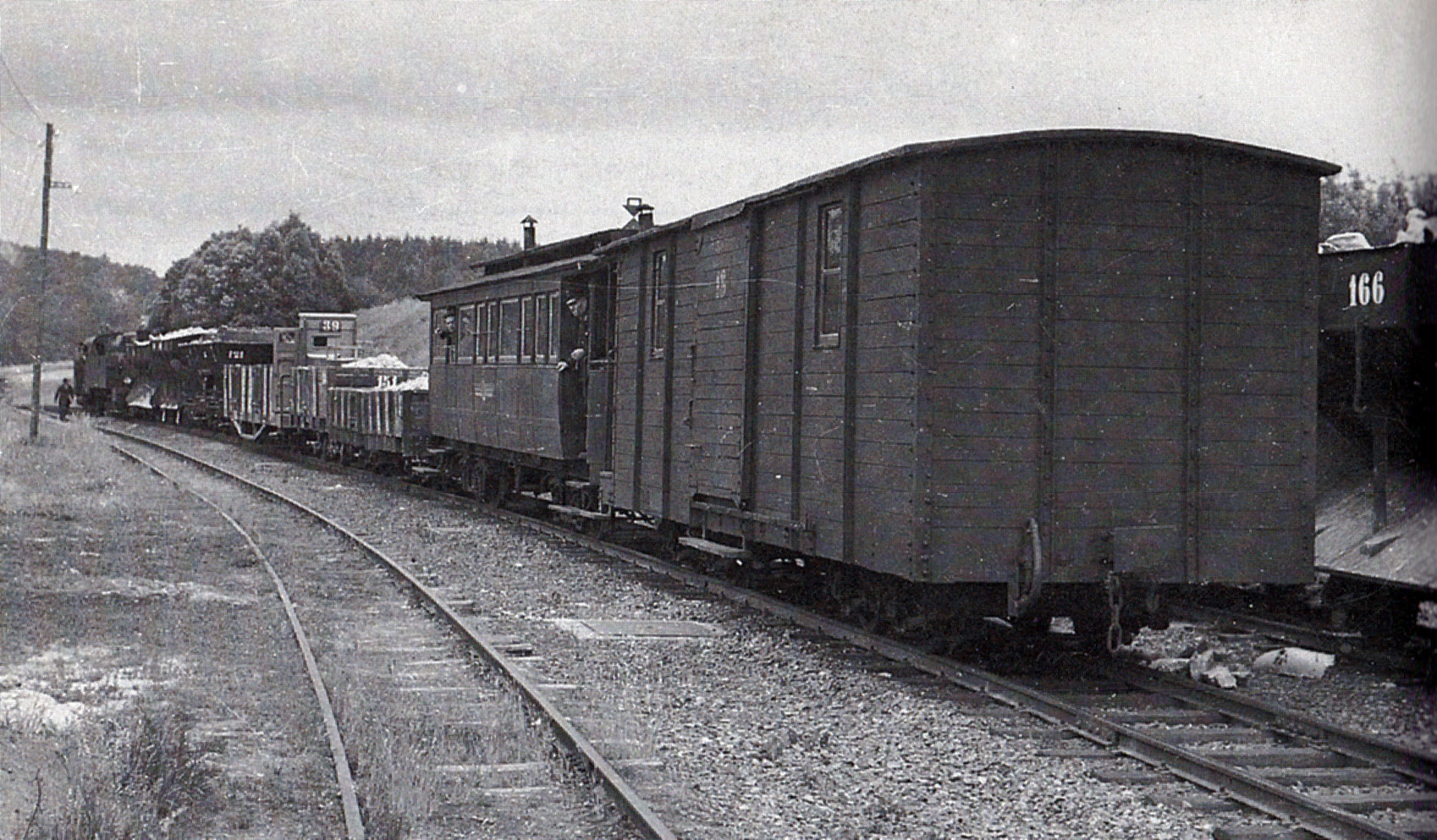 der fast baugleiche Wagen 18 war noch ein reiner Güterwagen, ohne Stirntür