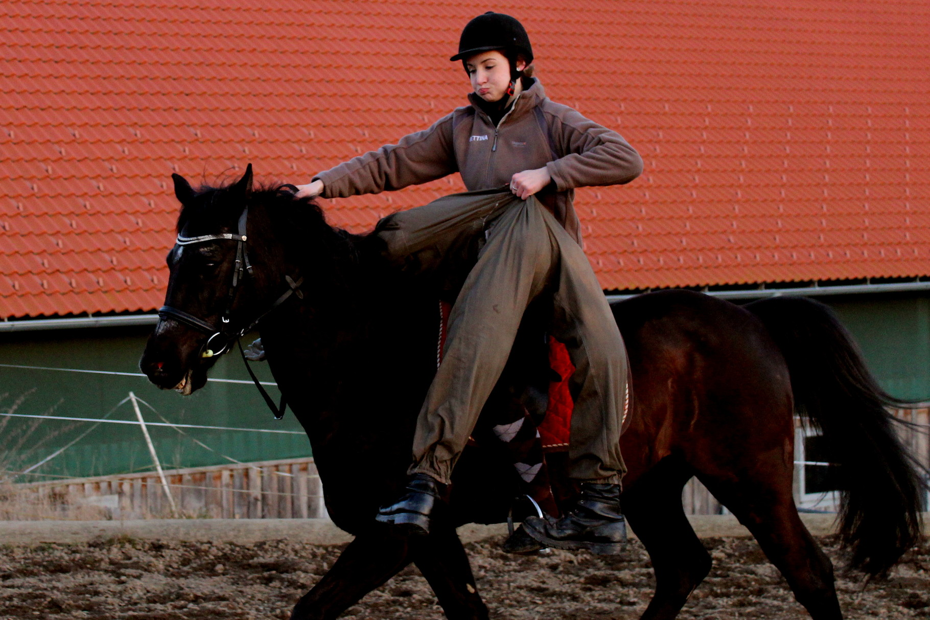 Rici wirft die lebensgroße Puppe vom Pferd