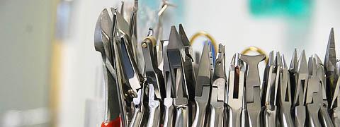 Ein Zahnarzt braucht viele verschiedene Werkzeuge zum einstellen der Zahnspangen
