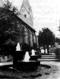 Der Mittelpunkt des Golddorfes: St. Lambertus-Pfarrkirche und Dorfbrunnen.