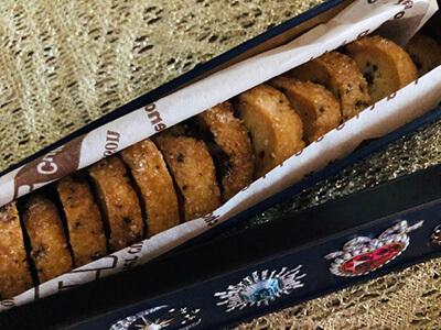 パティシエの手作りであり、そして国産発酵バターとフランス産高級チョコレート・ヴァローナを使用しています。