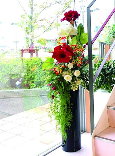 大阪の有名ホテルや神戸の高級レストランで、フロア・アレンジメントを提供してきたオーナーの作品。