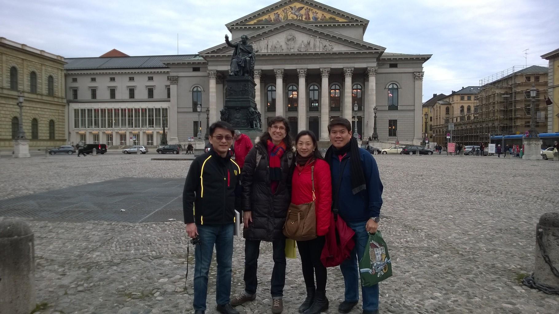 Vor der Oper
