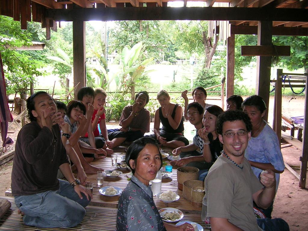 Comiendo con los vecinos arroz pegajoso (sticky rice) con las manos