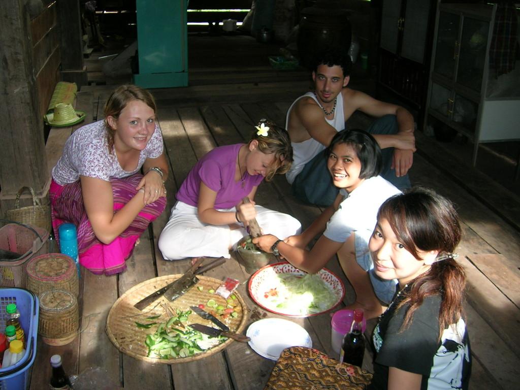 Integrándome: Cocinando ensalada de papaya en el suelo