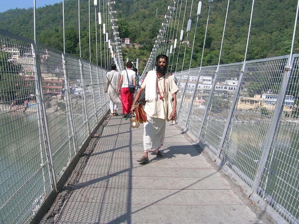 En el puente Laxman Joola en Rishikesh