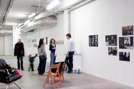 Ausstellungsansicht (unten), 16teilige Fotoarbeit, ID, Berlin-Hohenschönhausen (c) Foto: Timo Wulff