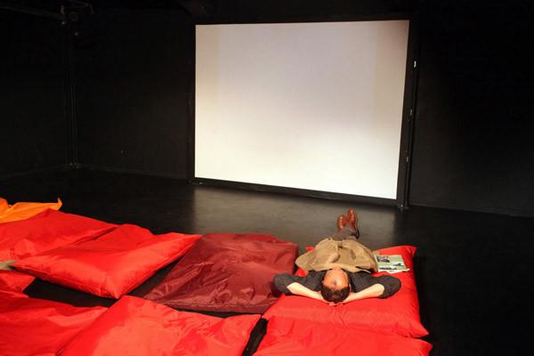 Kinozuschauer vor weisser Leinwand, 2011