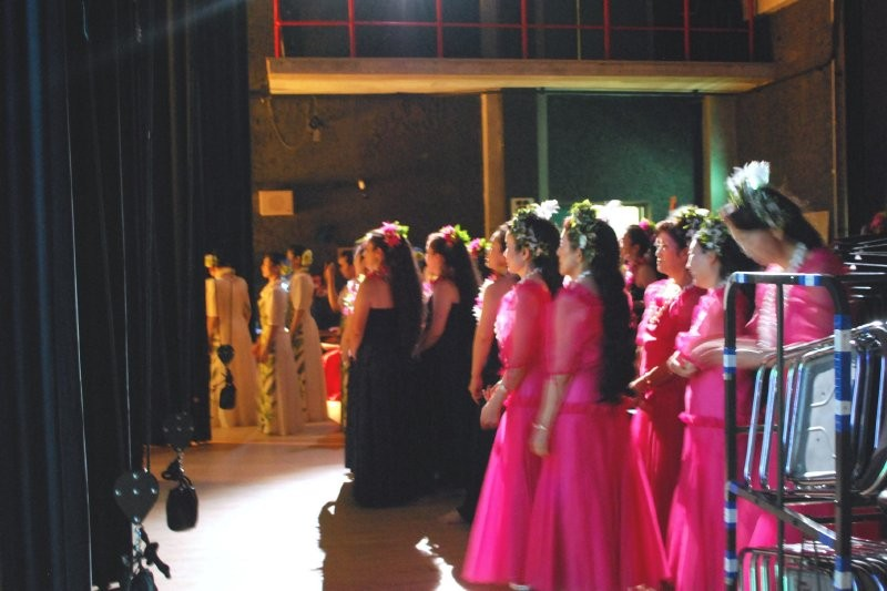 舞台袖で出番を待ちながら、舞台の踊りを見る皆さん。