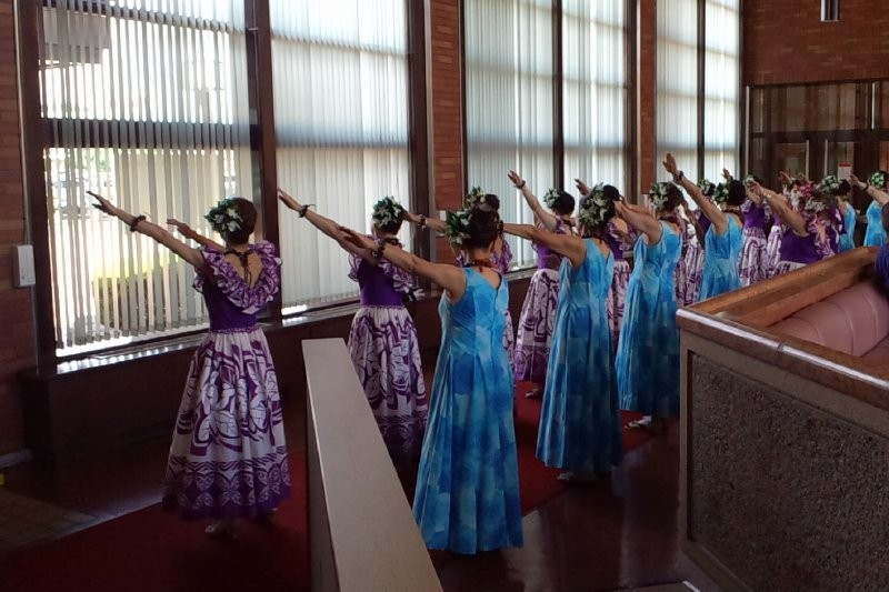 控室や廊下を使い、踊りの確認をする各ハラウ。