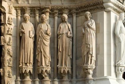 Reims : détails de façade de la cathédrale : ange souriant