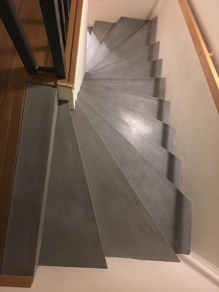 Zweiholmtreppe verkleidet mit Betonwinkelstufen
