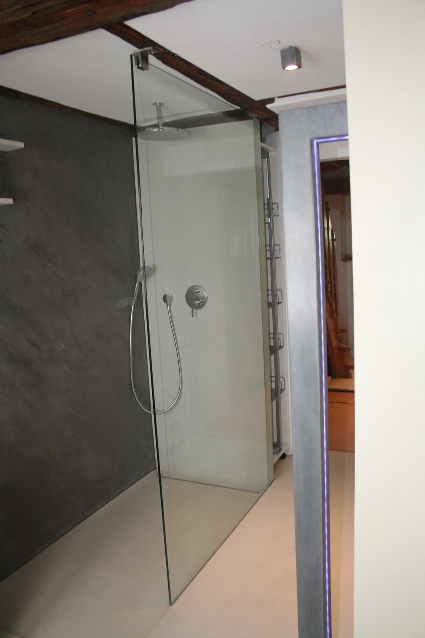 Beton Dusche, Betonduschtassee und Betonwandplatte aus weissem Hochleistungsbeton, Beton Cire an der Wand