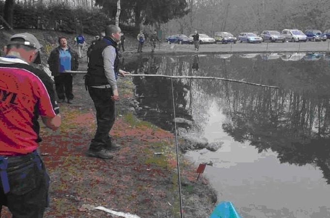 MESE DI MARZO 2010....Ecco all'opera il grande Presidente del PCN, che alla gara di campionato ticinese ha sfoggiato l'ultimo ritrovato di canna da pesca, un pesantissimo ramo di nocciolo.Bravo Presssss.
