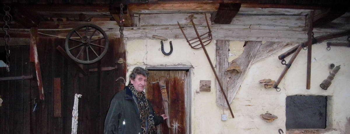 K.D.Mai in historischem Bauernhof vor alten Werkzeugen und Erinnerungsstücken