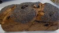 Pane integrale di segale con noci e uvetta.