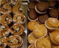 Muffin di farro con pistacchi e frutti di bosco.