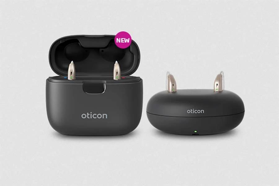 """El nuevo Oticon SmartCharger permite a los pacientes """"disfrutar más de la vida en sus desplazamientos mientras mantiene Oticon More cargado, seco y protegido"""" Centro Auditivo Cuenca."""