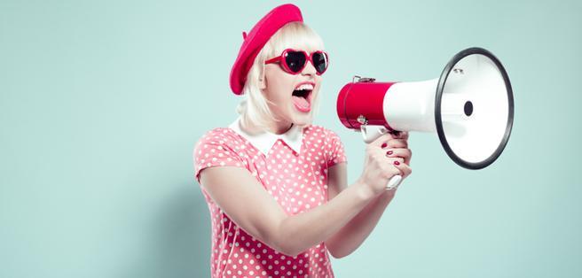 El ruido de fondo, ahora amplificado, nos hace creer que debemos aumentar el volumen de nuestra voz.