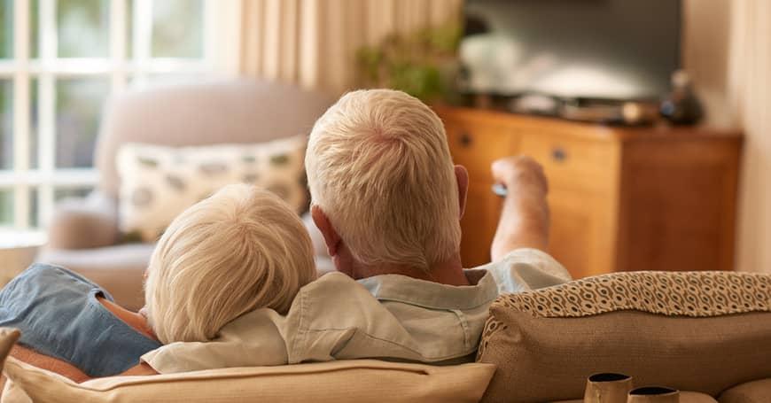 Escuchar bien la TV es un reto para personas con pérdida auditiva. Pero tiene solución.