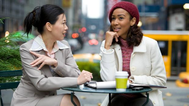 Una conversación tranquila con ruido de fondo, es un buen ejercicio de audición en entorno dificil.