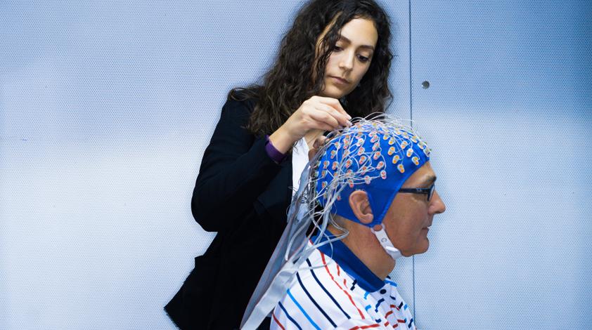 """Nathalie Giroud prepara a uno de los sujetos para la prueba de audición:  Fritz Jäckli es un ingeniero de 64 años de edad  que todavía puede oír muy bien sin un audífono. Después de la investigación no duda en afirmar """"Si noto alguna vez que mi audición e"""
