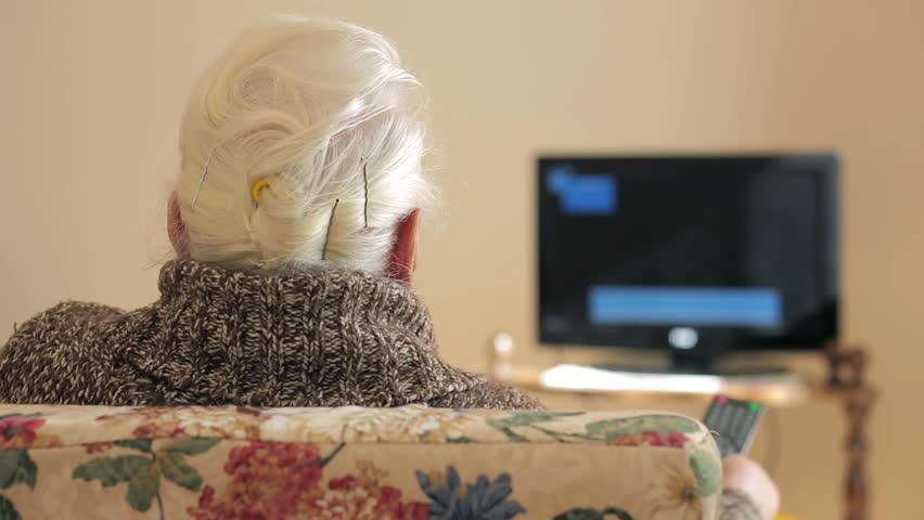 A veces, ver televisión es la única ventana al exterior de algunos mayores.