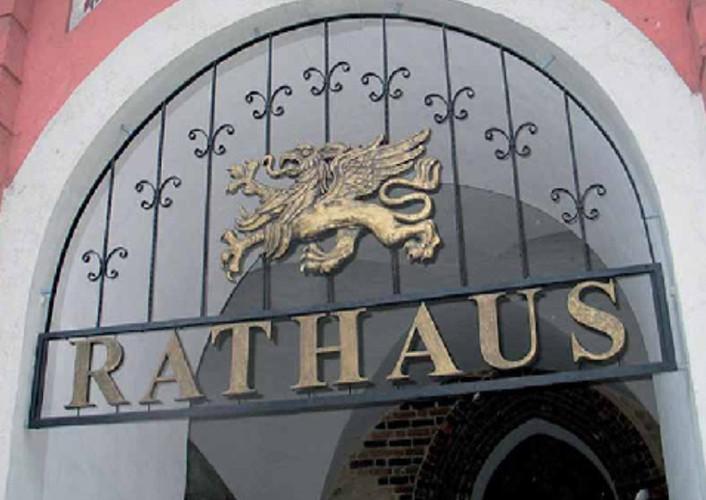 Der Rostocker Greif als Relief am Rathaus der Hansestadt Rostock (Künstler: Ené Slawow | ENEOS)