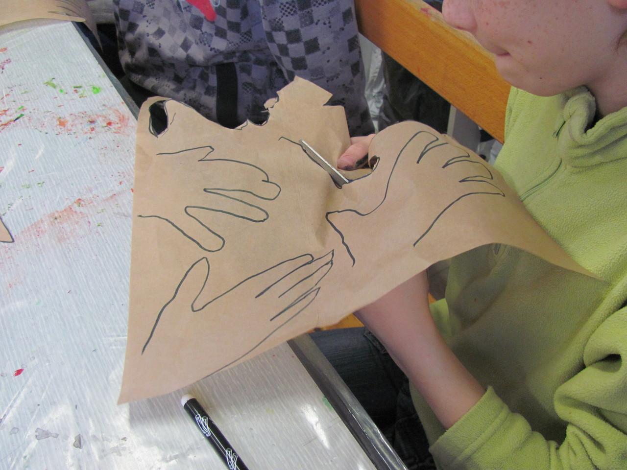 découpage des mains qui seront autant de feuilles à notre arbre des savoir-faire avec nos mains...