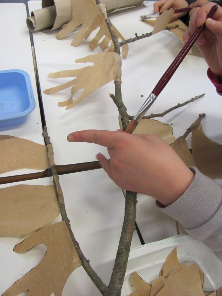 On colle les mains/feuilles sur la branche