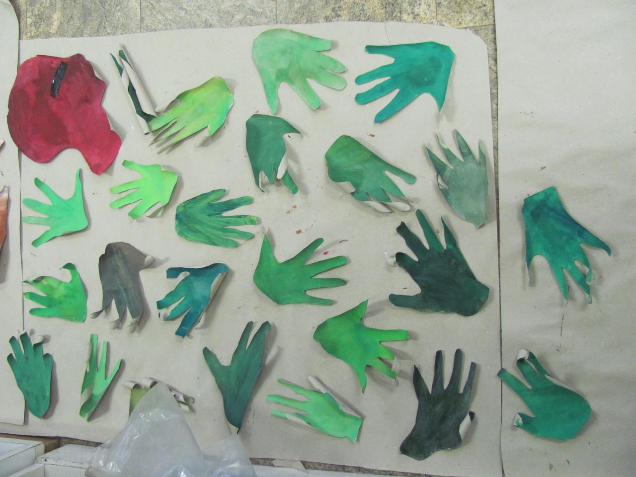 Les mains/feuilles