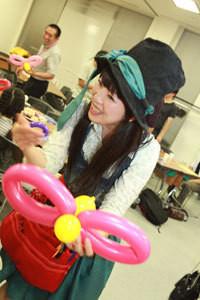 講演中の風船の魔法使いエリサ