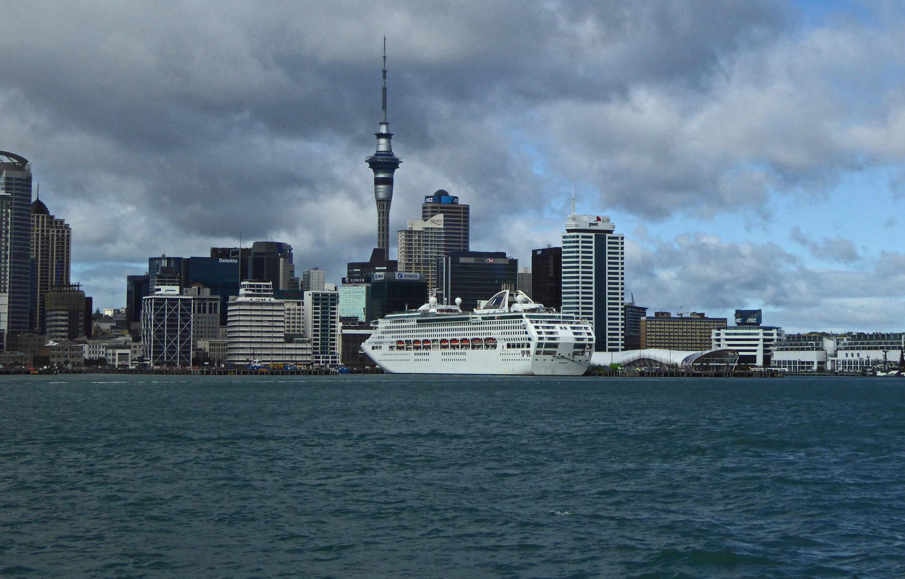 Riesenkreuzfahrtschiff vor Auckland