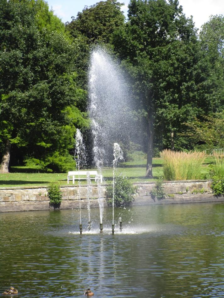 Kurpark mit Springbrunnen und Ruhebänken
