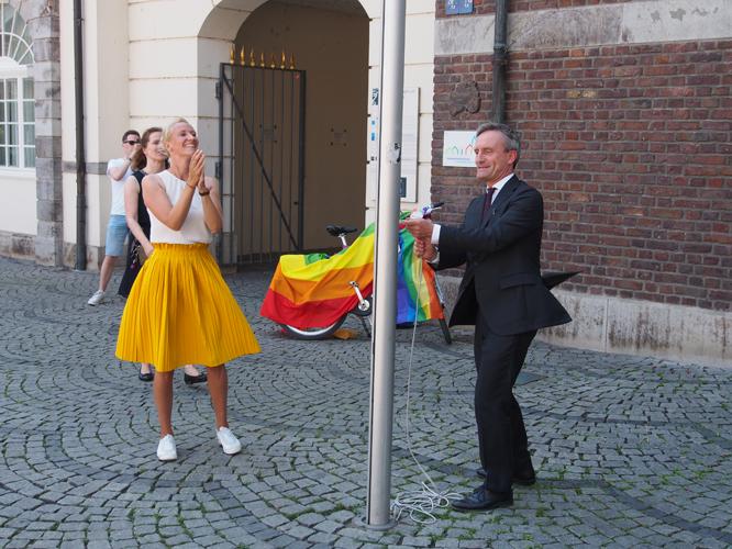 Bild: Jana Hansjürgen und Thomas Geisel beim Hissen der Regenbogenfahne