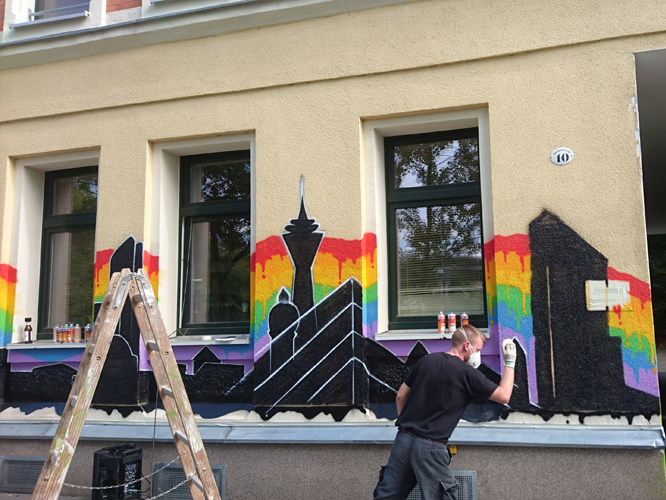 "Bild: Neugestaltete Fassade des Vereins ""different people"" in Chemnitz"