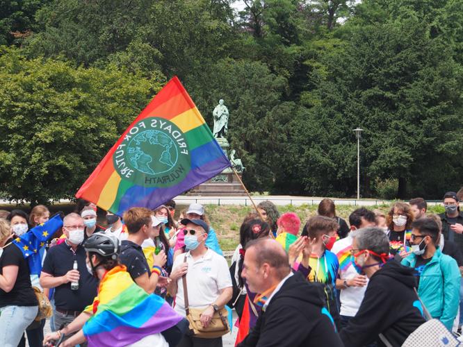 """Bild: Teilnehmer*innen an der """"Tour de Rainbow"""""""