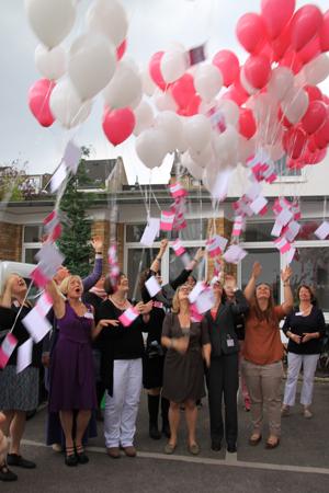 Luftballonaktion zur Eröffnung der Frauenberatungsstelle