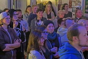 Bild: Gäste bei der Filmpremiere im PULS