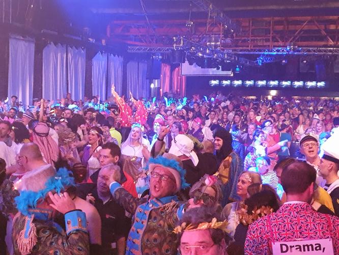 Bild: Karnevalsparty im Stahlwerk