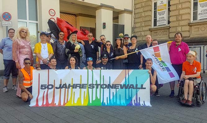 Bild: Gruppenbild der Pride-Walk-Teilnehmenden