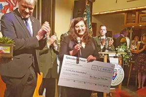 Bild: Melanie Wohlgemuth von SCHLAU Düsseldorf freut sich über den Spendenscheck