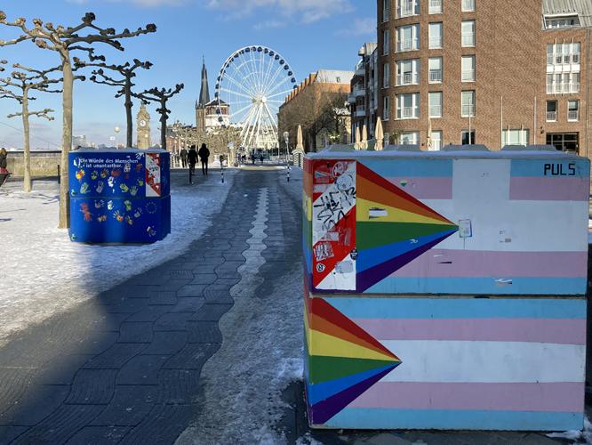 Bild: Schutzblöcke auf der Rheinpromenade