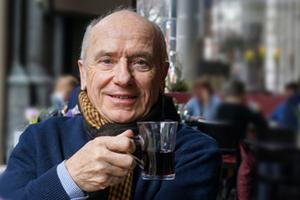 Bild: Älterer Mann mit Teetasse in der Hand
