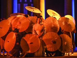 Bild: Liana Aleksanyan als Madama Butterfly inmitten japanischer Schirme